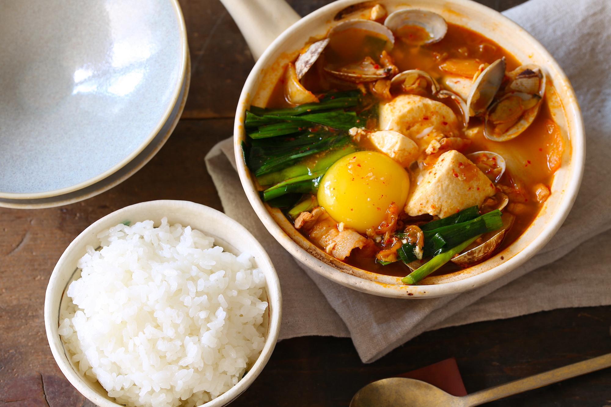【料理研究家・河瀬璃菜監修】白ごはんに合う春のレシピ!「豚バラとあさりの簡単純豆腐(スンドゥブ)」